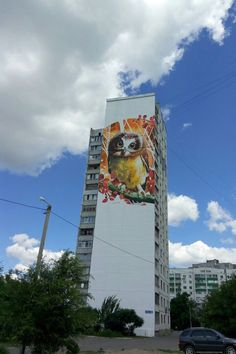 На проспекте Александровском, 69 (ранее — проспект Косиора) в Харькове изображение огромной совы