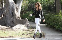 Black & white outfits: Alessandra Ambrosio, en Nueva York