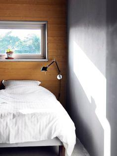 Från sovrummet ser man ut över åkern och den bakomliggande skogen.
