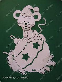 white Christmas mouse on green Christmas Stencils, Christmas Paper Crafts, Noel Christmas, Christmas Projects, Christmas Decorations, Christmas Ornaments, White Christmas, Kirigami, Paper Cutting