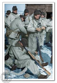 Horští myslivci během chvíle odpočinku, Rusko, 21 března 1944. Gebirgsjägers during a rest period, Russia, march 21, 1944.