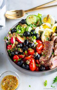 Nicoise Salad (Tuna Niçoise) Nicoise Salad is a Mediterranean Salad bursting wi… - Mediterranean Diet Recipes Nicoise Salad Dressing, Tuna Nicoise Salad, Vinaigrette Dressing, Dressing Recipe, Healthy Meals For Kids, Good Healthy Recipes, Healthy Foods To Eat, Keto Recipes, Healthy Dishes