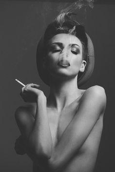 Yo me moriré fumando lo se...pero me encantan estas fotos. http://chloethurlow.com/2014/06/wired-sex/