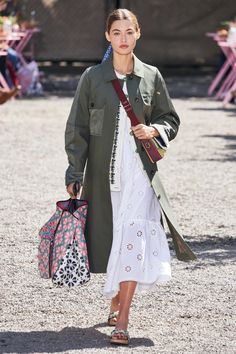Kate Spade New York Spring 2020 Ready-to-Wear Collection - Vogue - outfit Fashion Mode, Fashion 2020, New York Fashion, Runway Fashion, Spring Fashion, Womens Fashion, Fashion Trends, Vogue Fashion, High Fashion