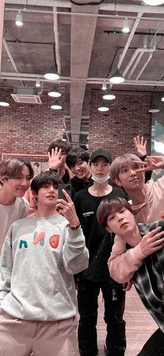 Bangtan boys or BTS is one of the famous boy group in global they debut under BigHit Entertainment i Bts Taehyung, Jungkook Cute, Bts Jimin, Bts Lockscreen, Foto Bts, Bts Wallpaper Desktop, Jimin Wallpaper, Wallpaper Quotes, Bts Group Photo Wallpaper