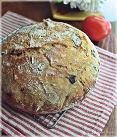 paine cu masline neframantata ( olive bread -no kneading) 500 gr faina (flour) 370 gr apa calduta ( warm water) un pliculet de drojdie ( active dry yeast ) 1 lingurita zahar ( tsp sugar) 1 lingurita sare ( tsp salt) 100 gr masline negre ( black olives) Olive Bread, Cooking Bread, Pastry And Bakery, Dry Yeast, Cookie Recipes, Food And Drink, Pizza, Homemade, Cookies