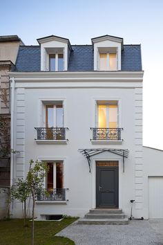 Street facade of the classic house in Vincennes France Traditional French House In Vincennes Gets A Sparkling Modern Extension Renovation Facade, Mansard Roof, Facade House, House Facades, House Exteriors, Design Case, Home Fashion, Exterior Design, Facade Design