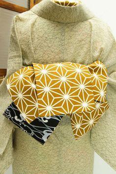 白と芥子色の麻の葉パターンと、白黒の波文様がリバーシブルになった半幅帯です。 #kimono