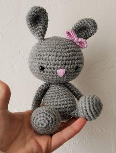 Amigurumi kawaii Doudou lapin au crochet gris noeud rose : Jeux, peluches, doudous par pricieuse-crochet