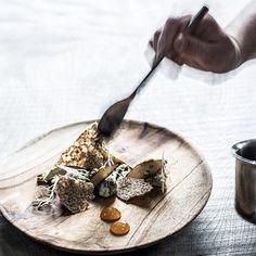 Serveringsskål i teak Mål: Ø12 cm Materiale: Teak Man Made in Bali Design: Muubs Shop online hos Bæk & Kvist - www.houseofbk.com #muubs #teak #woodplatel #tskål #tableware #køkkengrej #houseofbk @House of Bæk & Kvist ApS.com