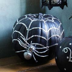 Pumpkin season is arrived, but the projects are for Halloween. A thousand version of a pumpkin! Halloween Mono, Dulceros Halloween, Adornos Halloween, Manualidades Halloween, Holidays Halloween, Black Pumpkin, Pumpkin Art, Spider Pumpkin, Pumpkin Ideas
