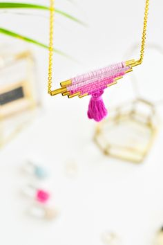 The best DIY projects & DIY ideas and tutorials: sewing, paper craft, DIY. Best DIY Ideas Jewelry: DIY Ombre Brass Necklace Learn how to make your own tassel ombre necklace with brass tubes and embroidery thread with Marwa Diy Schmuck, Schmuck Design, Diy Ombre Necklace, Brass Necklace, Collar Necklace, Handmade Necklaces, Handmade Jewelry, Diy Collier, Armband Diy