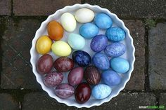 Intensively illuminating bright easter eggs of course? With these foods, you color your Easter eggs beautifully and radiantly colorful. Without additives Diy And Crafts, Crafts For Kids, Egg Art, Spring Crafts, Kids And Parenting, Easter Eggs, Fruit, Holiday, Handmade