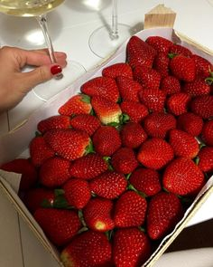 Imagem de strawberry, food, and fruit Cute Food, Good Food, Yummy Food, Healthy Snacks, Healthy Eating, Healthy Recipes, Think Food, Food Goals, Aesthetic Food