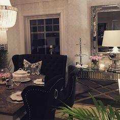 Ha en god påskeaften fra oss i @classicliving #londonspisebord # Louisvingestol #siennakonsollbord #Brussellampe #pearllysekrone #interior #diningroom #påskeaften #furniture #Spisestue