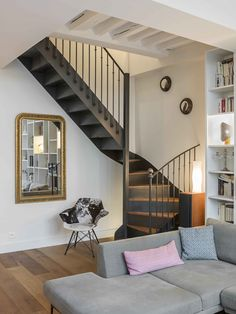 Un appartement parisien rénové par une architecte Modern House Plans, Small House Plans, Casa Patio, Modern Stairs, House Stairs, Staircase Design, Small Staircase, Trendy Home, Home Remodeling