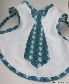 baby apron is way smarter than a bib. And this one rocks. Baby Sewing Projects, Sewing For Kids, Sewing Tutorials, Sewing Hacks, Baby Patterns, Sewing Patterns, Diy Bebe, Sewing Aprons, Baby Crafts