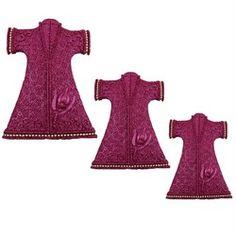 3lü Kaftan Duvar Süsü Ürün Özellikleri Malzeme: Polyester Renk: Mor Ürün duvara asabileceğiniz hazır bir şekilde gönderilmektedir.       Ürün Boyutu       Büyük: Yükseklik: 22 cm Genişlik: 16 cm       Orta: Yükseklik: 17 cm Genişlik: 11,5 cm       Küçük: Yükseklik: 13 cm Genişlik: 10 cm