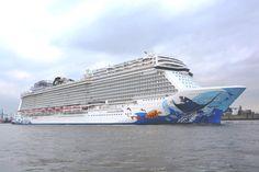 Die #NorwegianEscape in #Hamburg auf dem Weg ins Dock zur letzten Inspektion vor der Übergabe an #NCL. Weitere Informationen zum Schiff und Kreuzfahrten bei #MeerMomente unter http://www.meermomente.de/Kreuzfahrten/Norwegian-Escape/