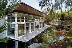 Künstlich angelegter Teich-im Garten Design