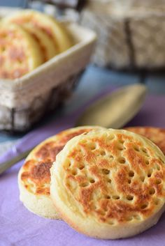 Crumpets, the ultra easy recipe - - Crumpets, Bread And Pastries, Cooking Chef, Biscuit Cookies, English Food, Muesli, Love Food, Sweet Recipes, Breakfast