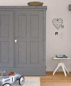 Deze stoere kledingkast (Combitex) past goed thuis in de jongenskamer.