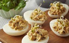 Jajka z farszem z duszonych na maśle pieczarek i cebulki, startych żółtek i majonezu, doprawione pieprzem i solą, podawane na liściach sałaty roszponki, udekorowane świeżą natką pietruszki i kiełkami pora lub rzodkiewki.