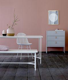 Shopinstijl.nl - Witte eettafel met bankje en een oud-roze muur - bekijk en koop de producten van dit beeld op shopinstijl.nl