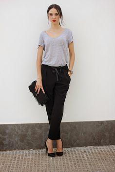 Grey tee & black loose pants more baggy pants outfit. Baggy Pants Outfit, Linen Pants Outfit, Black Linen Pants, Summer Pants Outfits, Summer Outfits Women, Simple Outfits, Linen Trousers, Work Outfits, Black Tees