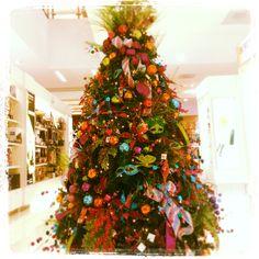 #NavidadconArrocha #arbol #multicolor #sucursal #Centenario #DecoracionNavideña. Mucho color para esta #Navidad