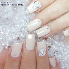 #trendstyle #trends #ivory #nails #nailart Ganz in die Farbe Ivory getaucht und mit schillernden Steinchen verziert, werden aus Euren Nägeln zauberhafte Hingucker. Diese Nailart soll es sein? Mit dem Farbgel creamy nude (Art.-Nr.: 7046), einigen Perlen aus dem Jolifin luxury pearls Display (Art.-Nr.: 5862) und Steinchen aus dem Strass-Display rund pastellfarben (Art.-Nr.: 1405) könnt Ihr auch solche Nails machen.