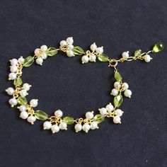 peridot and pearl bracelet Pearl Jewelry, Wire Jewelry, Jewelry Crafts, Beaded Jewelry, Jewelery, Handmade Jewelry, Handmade Bracelets, Gold Jewellery, Beaded Necklace