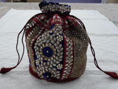 Зардози (Zardozi или Zar Douzi) — древний вид искуства вышивки золотом родом из Персии (Зар на персидском языке означает золото и Дози — вышивка), которое передавалось из поколения в поколение. Перед вышивкой ткань расягивают на д…