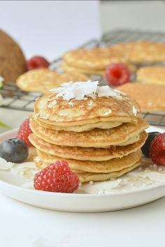 Low carb coconut flour pancakes are healthy + easy + fluffy keto coconut flour pancakes, NO bananas, 100 % grain free + dairy free. A delicious clean eating breakfast with only g net carbs per pancakes. Dairy Free Keto Pancakes, Keto Breakfast Muffins, Keto Breakfast Smoothie, Coconut Flour Pancakes, Low Carb Pancakes, Breakfast Bars, Low Carb Breakfast, Breakfast Recipes, Breakfast Biscuits
