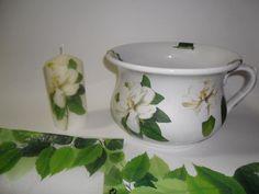 Conjunto Bacio em porcelana e Vela , decorados com a Técnica do Guardanapo. Motivo: Cmélias.