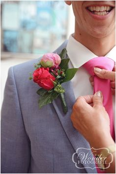Groom pink flower corsage - Bruidsfotografie Trouwfoto Bruidsfotograaf - Wedding Photography - Wonder Fotografie - http://www.wonder-fotografie.nl