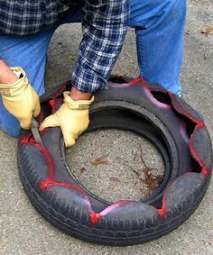 Tutorial on how to create a planter from old tires by famed (and delightfully quirky) gardener Felder Rushing. Tutorial on how to create a planter from old tires by famed (and delightfully quirky) gardener Felder Rushing. Tire Garden, Garden Planters, Lawn And Garden, Old Tire Planters, Flower Planters, Cheap Planters, Pallet Planters, Garden Pallet, Pallet Fence