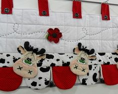 Bando Cortina vaquhina, vaca, cow                                                                                                                                                                                 Mais Sewing Tutorials, Sewing Patterns, Animal Quilts, Kitchen Gifts, Household Items, Quilt Blocks, Couture, 3 D, Diy And Crafts