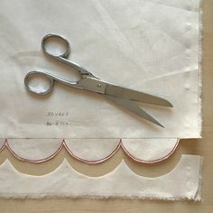 Fantastic 30 Beginner sewing projects tips are readily available on our website. Check it out and you wont be sorry you did. Techniques Couture, Sewing Techniques, Sewing Lessons, Sewing Hacks, Sewing Projects For Beginners, Diy Projects, Costumes Couture, Fat Quarter Projects, Free To Use Images