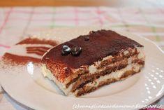 Tiramisu rivisitazione della ricetta italiana del buonissimo dolce. In questa versione utilizzo i pavesini e aggiungo della panna. Ricetta infallibile! Ingredienti per 6/8 persone:  1 confezione di pavesini (o savoiardi)  500g di mascarpone 200ml di panna non zuccherata una caffettiera da 6 di caffè 4 tuorli d'uovo 130g di zucchero 3 cucchiai di marsala all'uovo (facoltativo) cacao amaro q.b. Tiramisu Mascarpone, Marsala, New Recipes, Dessert, Ethnic Recipes, Cacao Amaro, 3, Food, Deserts