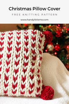 This chunky knit pillow cover makes it easy for you to create Christmas pillow covers that knit up fast on big needles! Knit up a few in time for Christmas and add pom poms! Loom Knitting, Free Knitting, Knitting Patterns, Crochet Patterns, Knitting Ideas, Vogue Knitting, Scarf Patterns, Knitting Tutorials, Stitch Patterns