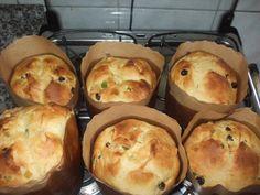 Misture todos os ingredientes até obter uma massa de pão meio mole; Coloque em formas de panetone; Leve para assar em forno médio, pré-aquecido, por 40 minutos.