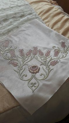 This Pin was discovered by Neb Embroidery Applique, Machine Embroidery, Embroidery Designs, Diy Cushion, Brazilian Embroidery, Gold Work, Diy And Crafts, Floral Design, Art Pieces