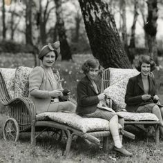 I wonder if Queen Elizabeth still knits? I bet she does :)