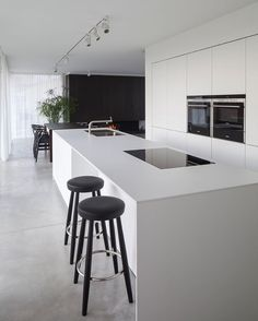 Love looking for great white kitchen decorating ideas? Check out these gallery of white kitchen ideas. Tag: White Kitchen Cabinets, Scandinavian, Small White Kitchen with Island, White Kitchen White Witchen Countertops Modern Kitchen Cabinets, Kitchen Cabinet Design, Rustic Kitchen, Interior Design Kitchen, Modern Interior Design, Diy Kitchen, Kitchen Furniture, Kitchen Layout, Wood Furniture