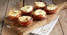 I cestini di prosciutto e formaggio sono un antipasto sfizioso da servire per una cena tra amici. Una ricetta facile che si cucina negli stampi da muffin ed è pronto in meno di 30 minuti!