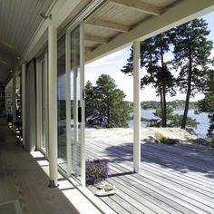 SMEKKERT OG LEKKERT: Her ser du hvordan hovedhytta åpner seg makismalt mot sjøen. Dette er arkitektur av høy klasse. Legg merke til de smekre søylene som bærer taket.