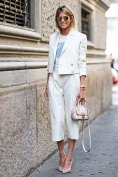 上品カラーでスーツスタイルをフェミニンに昇華