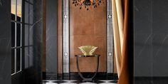 Mustat ja terrakotan sävyiset, marmorikuosiset laatat sekä paksut verhot lisäävät tilan dramaattisuutta. Seinälaatat: LPC New Tradition, värit Nero ja Rosso │ Laattapiste