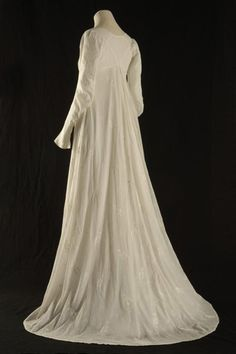 Robe en mousseline, Directoire ou Consulat, Lorient, Compagnie des Indes  Cette robe a été faite à   partir de coton venu   d'Inde : à l'époque   c'était un produit de luxe.